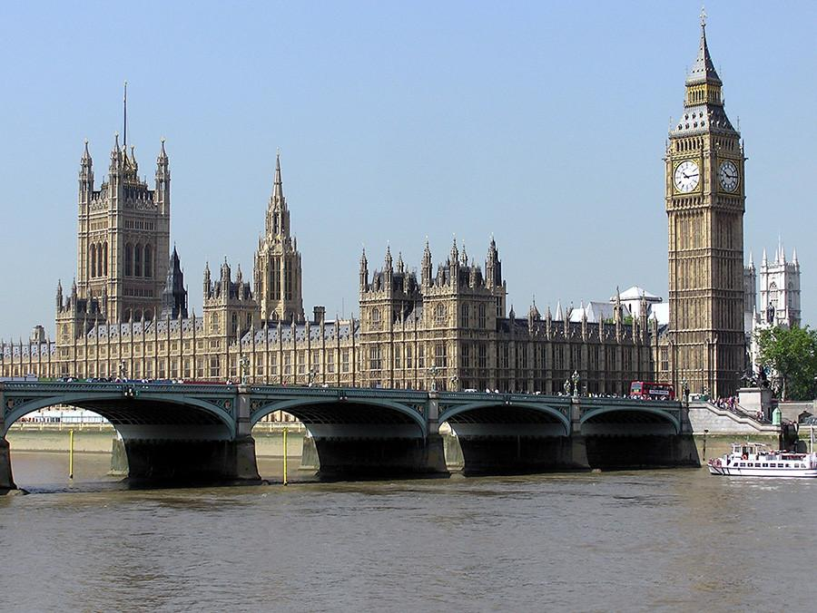 The seat on UK parliament lies along the Thames River.