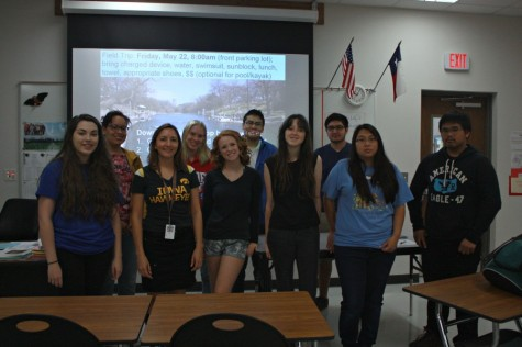 AP/IB Biology class posing with their teacher, Doctor Rasmussen