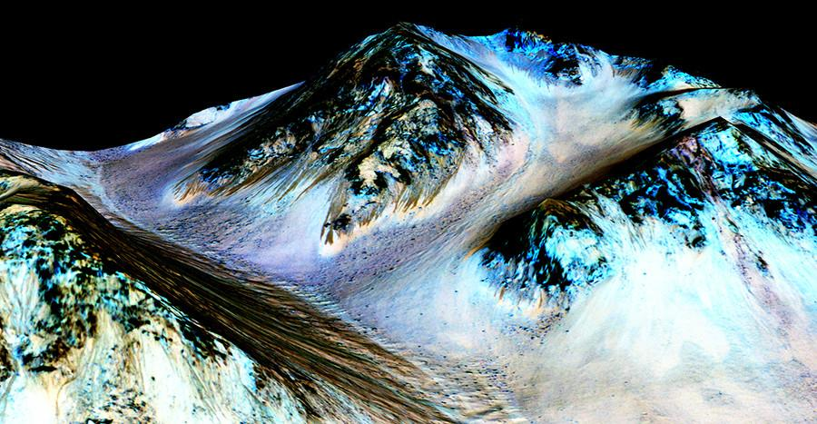 A+photo+of+the+Martian+surface+showing+the+currents+of+liquid+water.+NASA+released+these+images+along+with+their+announcement.
