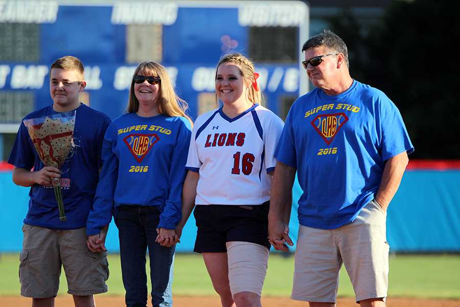 Senior+Kellie+Jeanes+with+her+family.+Jeanes+plays+1B+on+the+team.