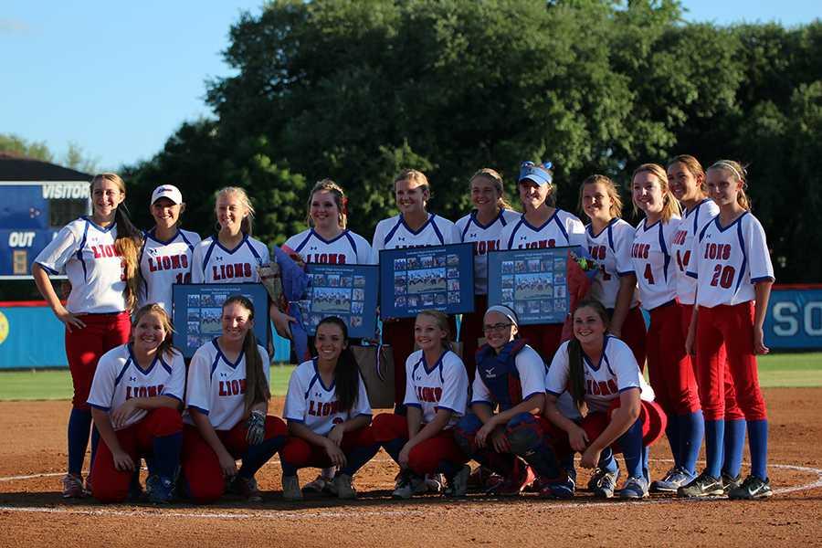The+entire+varsity+softball+team.+The+Lady+Lions+will+play+Cedar+Creek+Thursday+and+Friday.